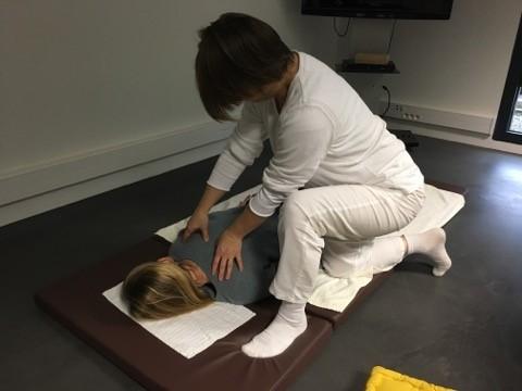 Un collaborateur de FACIL'iti en séance de shiatsu