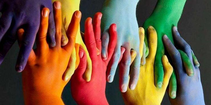 Mains de toutes les couleurs qui s'entrecroisent