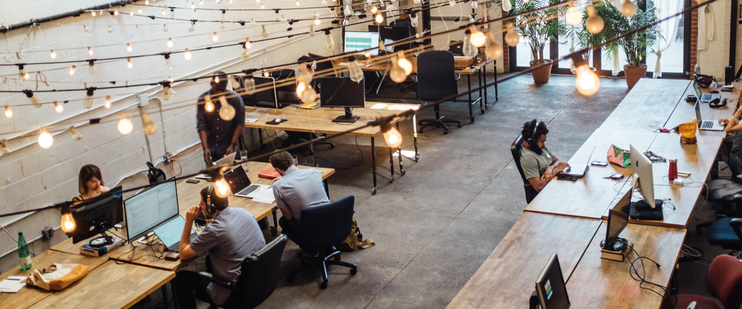 salariés devant leurs ordinateurs